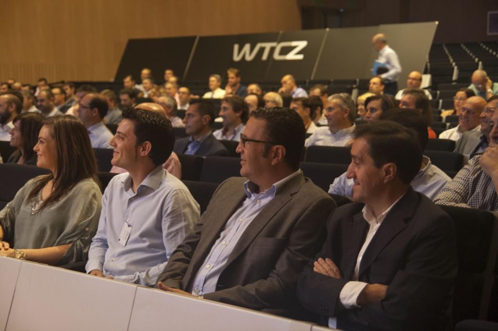 asistentes atendiendo la presentación de Javier Segarra