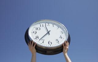 Manos aguantando un reloj